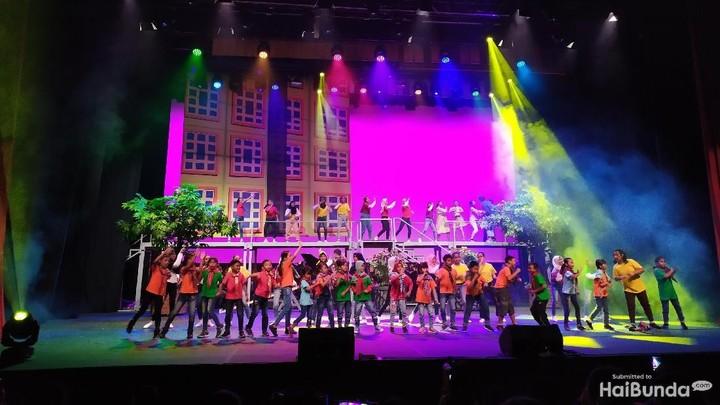 <p>Operet Aku Anak Rusun adalah drama musikal yang bercerita tentang kehidupan anak rusun. Operet ini binaan Yayasan Waroeng Imaji atas inisiasi Veronica Tan.</p>