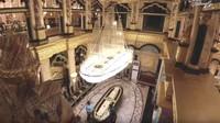 <p>Lantai rumah emas ini terbuat dari marmer, yang diimpor langsung dari Italia dan Spanyol. Wow! (Foto: YouTube Arie Untung)</p>