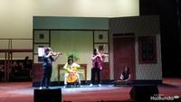 <p>Dalam operet ini, Veronica Tan sempat tampil juga lho bersama putrinya, Nathania Purnama, dan putra bungsunya Daud Albeenner Purnama. </p>
