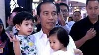 Jokowi sangat dekat dengan cucu-cucunya, di usianya ke-58 Jokowi masih kuat menggendong dua cucu sekaligus lho. (Foto: Instagram @janethes_story)