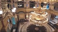 <p>Lampu besar di salah satu ruangan ini desainnya dibuat dengan detail. (Foto: YouTube Arie Untung)</p>