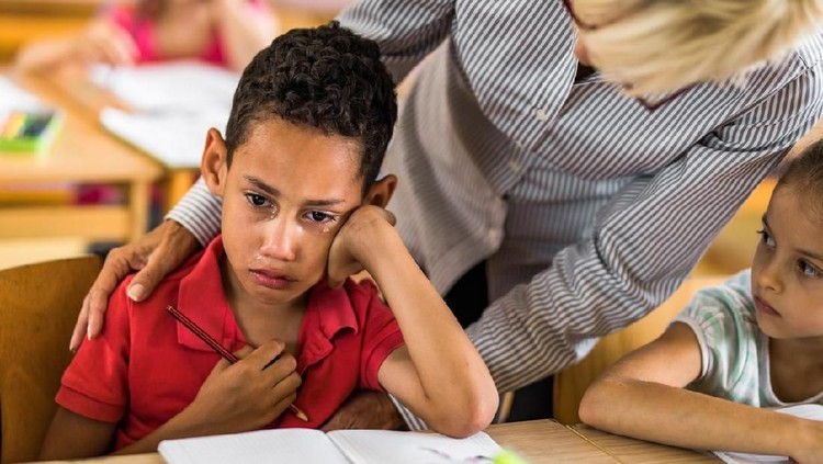 Cara ini bisa Bunda gunakan saat anak tidak mau ke sekolah karena takut guru.