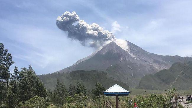 Masyarakat diminta menjaga jarak aman terhadap 12 gunung api di antaranya Gunung Semeru dan Merapi selama Februari 2020 karena berstatus waspada dan siaga.
