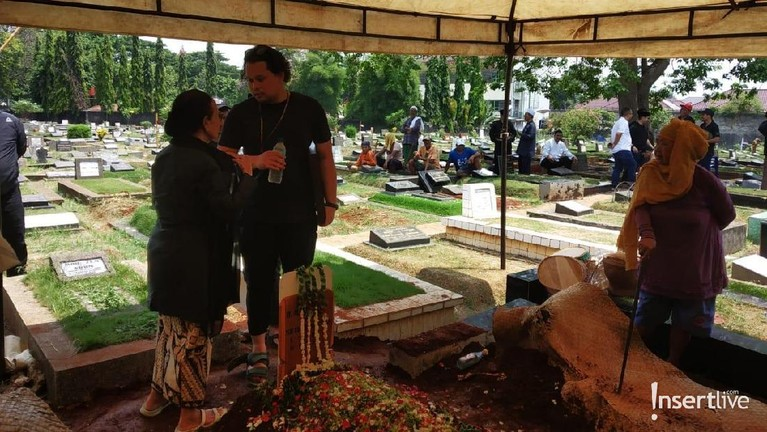 Satrio ALEXA tampak berdiri di depan nisan sang ayahanda memberikan penghormatan untuk yang terakhir kali.
