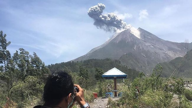 Sebuah foto memperlihatkan cahaya kehijauan berada di atas Gunung Merapi pada 27 Mei, ahli menduga meteor.