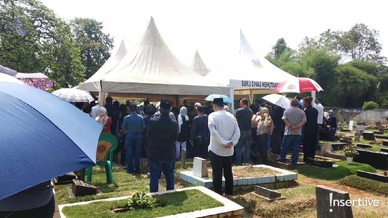 Keluarga dan saudara terdekat Adhi Moersid telah bersiap menguburkan almarhum.