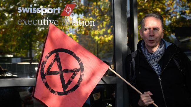 Aktivis-aktivis lingkungan antiperubahan iklim membentuk rantai manusia memblokade akses menuju terminal jet pribadi di Bandara Jenewa, Swiss,