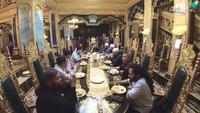 <p>Beginilah suasana meja makan yang tidak kalah megah berhias emas. (Foto: YouTube Arie Untung)</p>