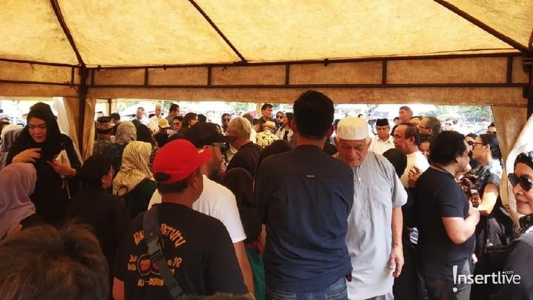Semua keluarga dan saudara mendekat liang lahat untuk mengantarkan almarhum kali terakhir.