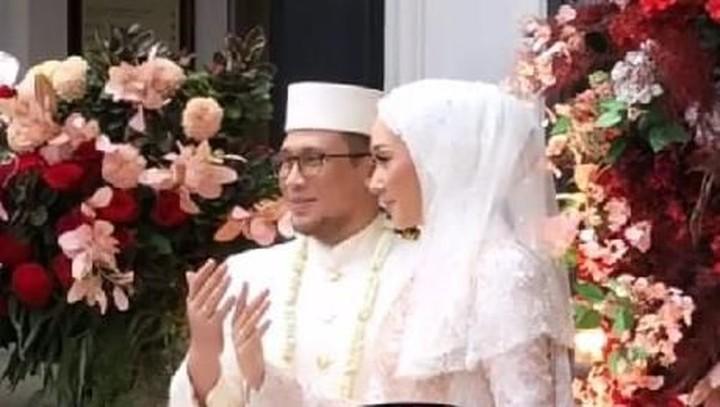 Dian Pelangi akhirnya melepas statusnya sebagai janda. Desainer ternama ini telah resmi menikah dengan pria pilihannya, Sandy Nasution, Minggu (17/11/2019). (Foto: Instagram)