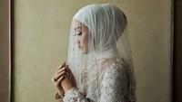 <p>Untuk urusan hijab, Dian Pelangi memilih gaya Turkiyang simpel. Tapi, ditambah dengan veil bertabur <em>pearls</em> di bagian bawahnya. Membuat penampilan Dian benar-benar mencuri perhatian. (Foto: instagram @luluelhasbu)</p>