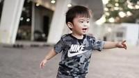 <p>Enggak cuma baju formal, Sandra Dewi juga suka <em>mix and match</em> pakaian anaknya yang bertema <em>sporty</em> seperti ini. (Foto: Instagram @sandradewi88)</p>