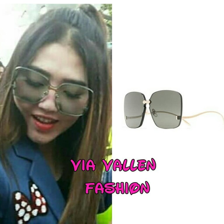 Masih dengan kacamata hitamnya, Via mengenakan kacamata Grey Rimless Square Sunglasses dengan model gagang yang unik dan dihargai Rp5 juta.