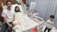 <p>Istri Gibran Rakabuming Raka, Selvi Ananda melahirkan anak keduanya pada Jumat (15/11/2019) di RS PKU Muhammadiyah Solo. Setelah melahirkan, Selvi terlihat manis dengan wajah natural tanpa makeup. (Foto: Agus Suprapto/ Instagram @lalembahmanah)</p>