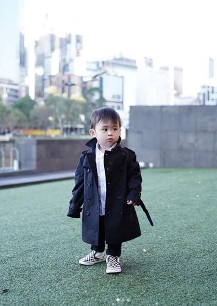 Sandra Dewi memilihkan baju yang keren untuk putra sulungnya, Raphael Moeis. Intip outfit yang digunakan Raphael yuk, Bun.