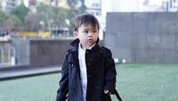<p>Tidak hanya mendandani diri sendiri, Sandra Dewi juga suka mendandani putra sulungnya, Raphael Moeis dengan pakaian yang keren. Kali ini Rapha terlihat keren menggunakan coat hitam. (Foto: Instagram @raphaelmoeis)</p>