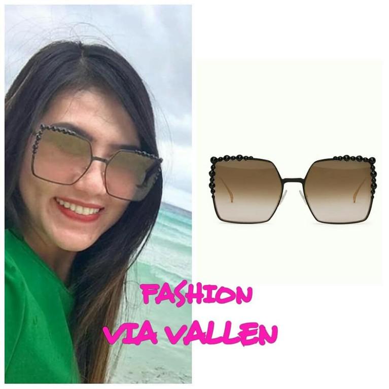Masih salah satu koleksi dari Fendi, Via memakai kacamata dengan ukiran unik dengan harga lebih dari Rp7,7 juta.
