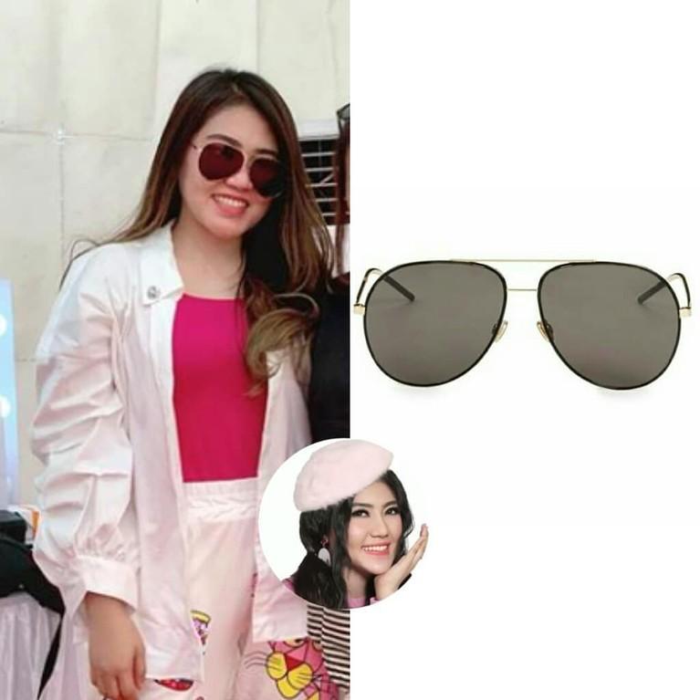 Kacamata bernama Women's Black Astral 59mm Aviator Sunglasses ini dibanderol dengan harga Rp6,7 juta ini dipakai Via saat tampil di salah satu acara.