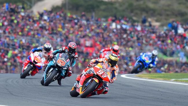 Repsol Honda Team's Spanish rider Marc Marquez rides ahead Petronas Yamaha SRT's French rider Fabio Quartararo during the MotoGP race of the MotoGP Valencia Grand Prix at the Ricardo Tormo racetrack in Cheste near Valencia, on November 17, 2019. (Photo by JOSE JORDAN / AFP)