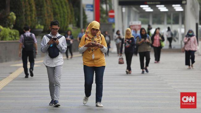 Sejumlah pekerja di kawasan bisnis Sudirman, Jakarta, Senin, 18 November 2019. CNNIndonesia/Safir Makki