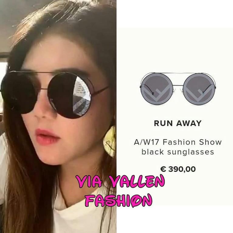 Kacamata bermodel bulat ini adalah salah satu koleksi dari Fendi yang bernama Fashion Show Black Sunglasses yang memiliki harga lebih dari Rp6,2 juta.