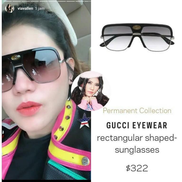 Lewat Instagram Story miliknya, Via Vallen terlihat mengenakan kacamata hitam merek Gucci. Kacamata bernama Rectangular Shaped-sunglasses ini dibanderol dengan harga Rp4,5 juta.