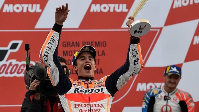 Jelang MotoGP Catalunya, mantan dokter MotoGP Claudio Costa membantah prediksi Valentino Rossi soal kesembuhan Marc Marquez.