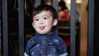 <p>Warna baju dan celana anak enggak harus selalu senada. Kombinasi kemeja biru dan celana chino berwarna cokelat juga kelihatan keren nih, Bun. (Foto: Instagram @raphaelmoeis)</p>