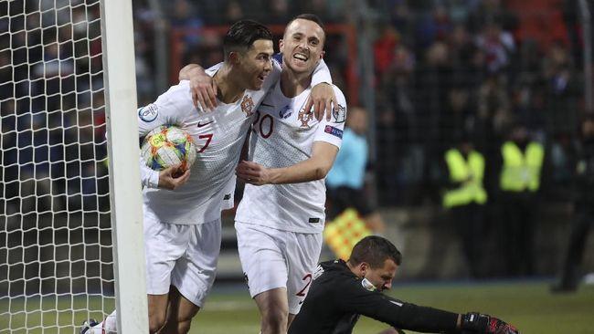 Kapten timnas Portugal Cristiano Ronaldo jadi bahan perbincangan di media sosial karena meniru aksi curi gol Aaron Ramsey.