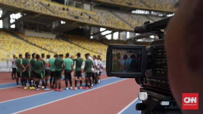 Simon McMenemy ikut memantau latihan terakhir Timnas Indonesia jelang melawan Malaysia di Stadion Bukit Jalil, Kuala Lumpur, Senin (18/11).
