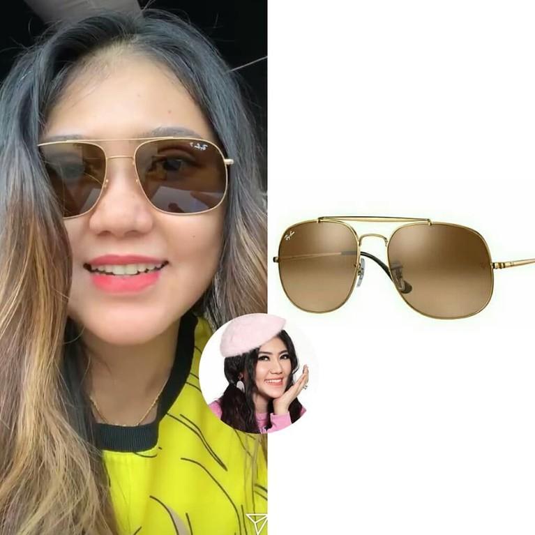 Mengenakan kaus kuning, Via Vallen mengenakan kacamata Rayban Womens Aviator Sunglasses. Kacamata cokelat itu dihargai $178.00 atau setara dengan Rp2,5 juta.