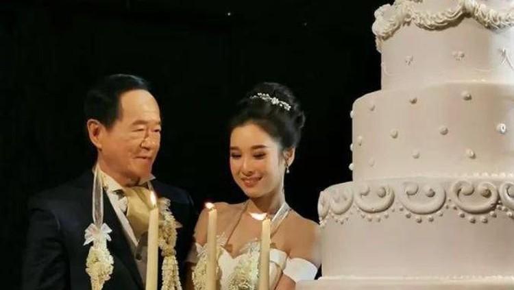 Pria ini memutuskan menikah dengan wanita yang usianya terpaut 50 tahun dari dirinya.