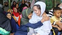 Senyum semringah Farah saat seorang nenek asal Desa Sukawangi memeluknya. (Foto: Instagram @farahputerinahlia)