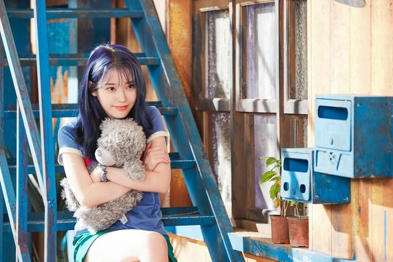 Solois IU juga tampil berani dengan rambut berwarna biru untuk comeback lagu Buleming tahun akhir 2019 ini.