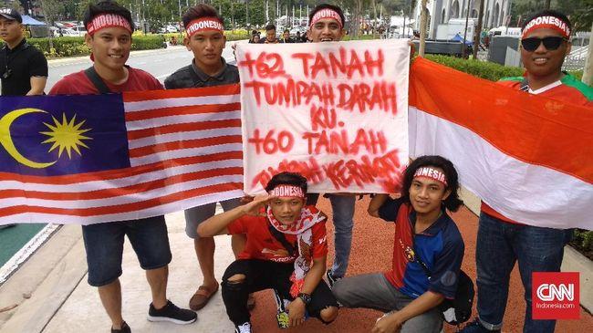 Kemenlu RI membantah kabar ada suporter Indonesia tewas ditusuk dalam aksi kekerasan saat laga kualifikasi Piala Dunia 2022 di Malaysia.