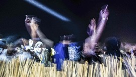 FOTO: 'Dugem' di Tengah Gurun Pasir