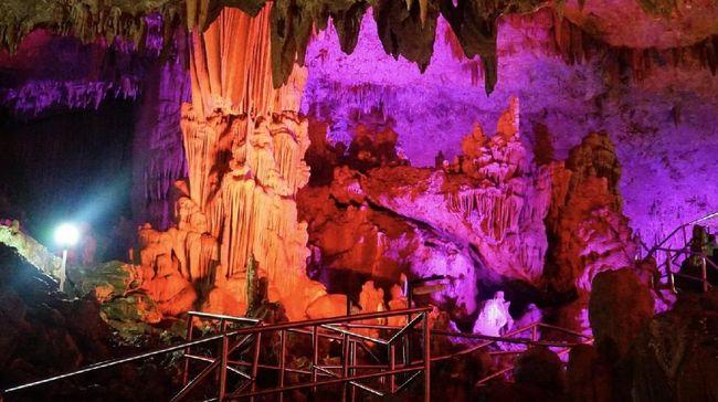 Gua Gong mengandung stalakmit dan stalaktit yang tetesan airnya menimbulkan alunan suara indah mirip gamelan.