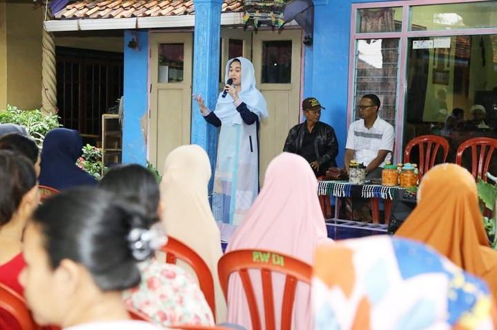 <p>Sebelum terpilih menjadi anggota dewan, Farah kerap blusukan ke desa-desa untuk kampanye. (Foto: Instagram @farahputerinahlia)</p>