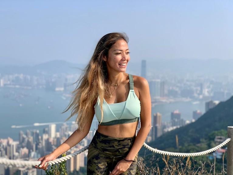 Shanty Paredes tampil seksi mengenakan sport bra warna biru muda di bukit High West Hongkong.