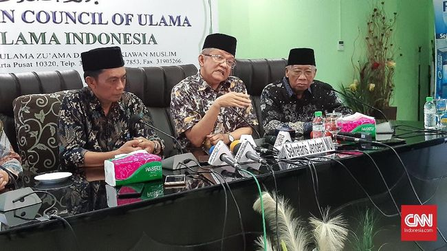 Sekretaris Jenderal MUI Pusat, Anwar Abbas (tengah) menyampaikan sikap lembaga mengenai pernyataan Sukmawati, di Kantor MUI, Jakarta, Selasa (19/11).