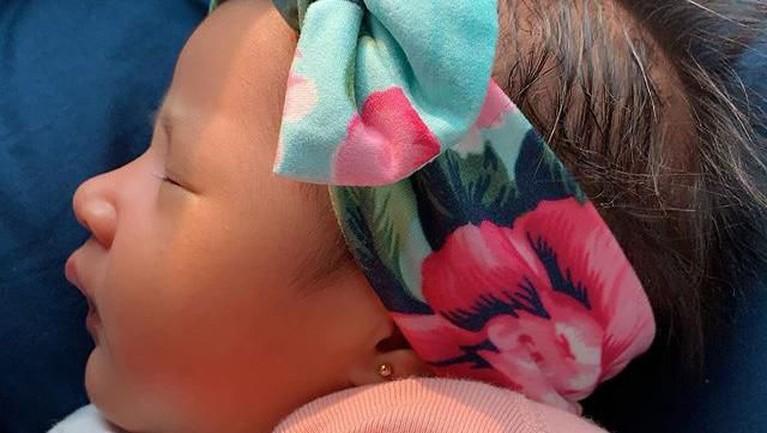 Jika dilihat dari samping, hidung yang dimiliki Khalisa sangat terlihat mancung seperti sang ayah, Habib Usman.