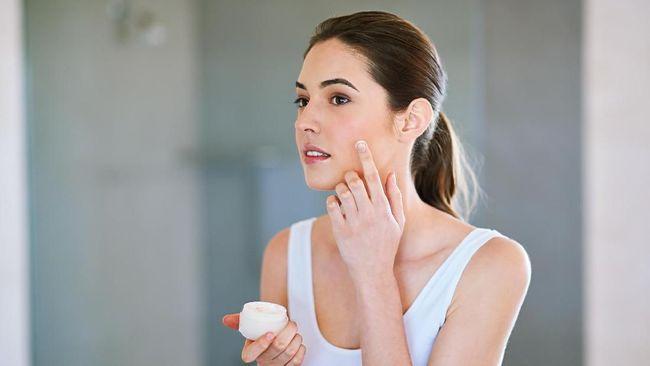 Work from home membuat wajah terlepas dari makeup. Pada kondisi ini, kulit akan mulai menyesuaikan diri dengan beberapa masalah yang mungkin timbul.