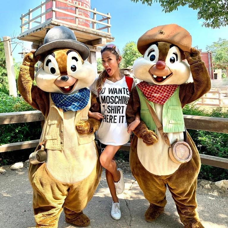 Benar-benar bak seorang remaja, Shanty Paredes tampil dengan gaya kasual bermain di Disneyland Hongkong.