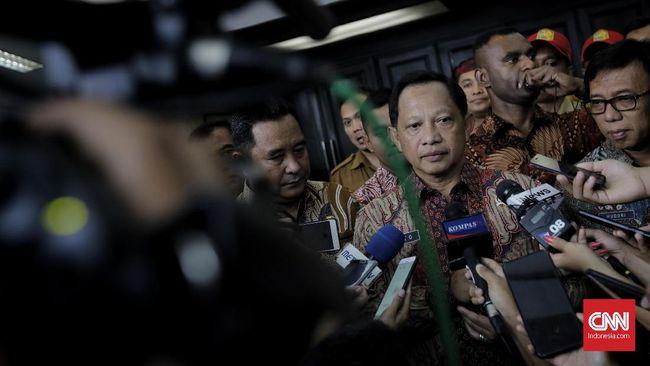 Mendagri Tito Karnavian diminta berembuk dengan FPI agar kegaduhan soal perpanjangan izin FPI tak berlarut jadi polemik masyarakat.