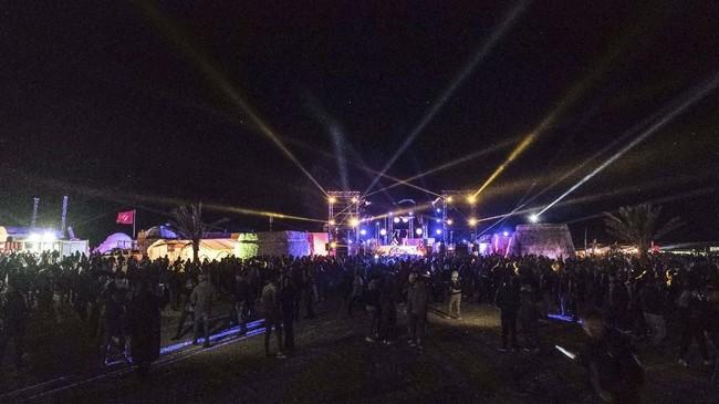 Festival musik elektronik yang digelar di tengah gurun pasir kembali menggairahkan industri pariwisata Tunisia.