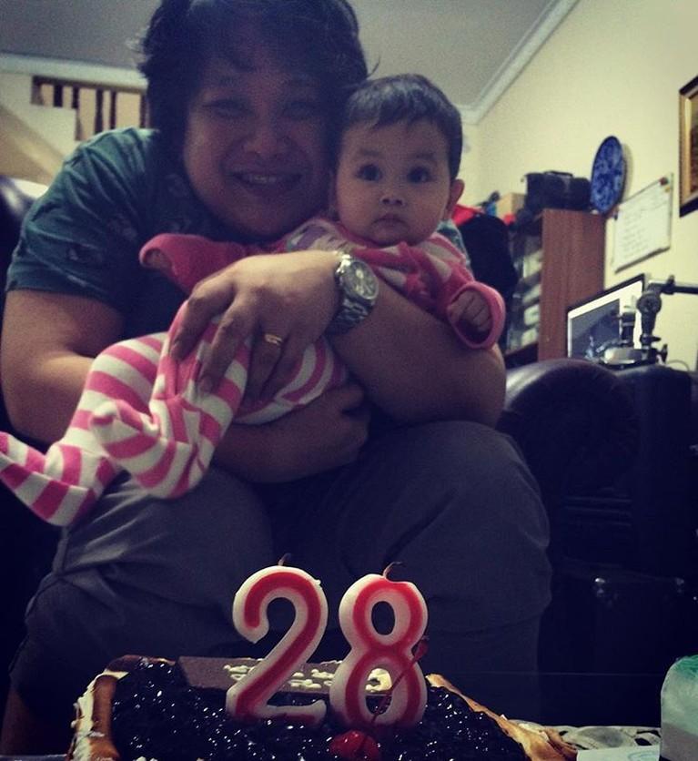 Momen manis ketika Cecep Reza merayakan ulang tahunnya ke-28, ia mengabadikan momen tersebut dengan berfoto bersama anaknya.