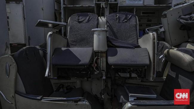 Aneka macam potongan bagian pesawat dari mulai badan, mesin, roda, hingga sayap bertumpuk di Jalan Pergudangan Marunda II, Jakarta Utara.