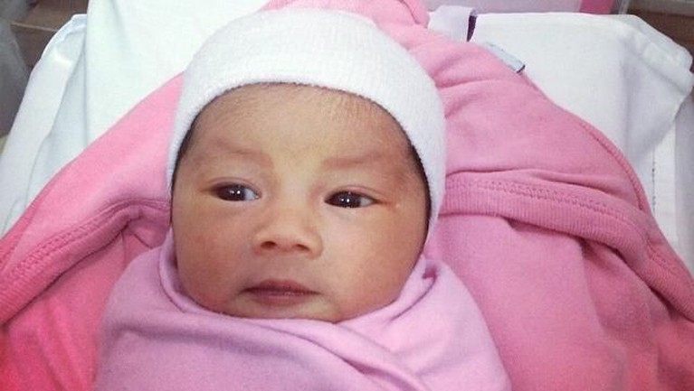 Ketika sang anak lahir, Cecep Reza mengambil gambar sang anak dan memberitahukan jika nama anaknya adalah Aira.