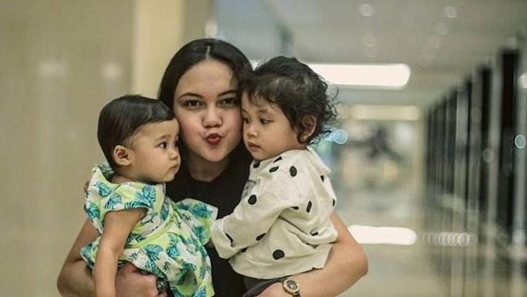 Momen manis ketika sang istri, Reitha, menggendong Aira dan keponakannya yang bernama Nima.