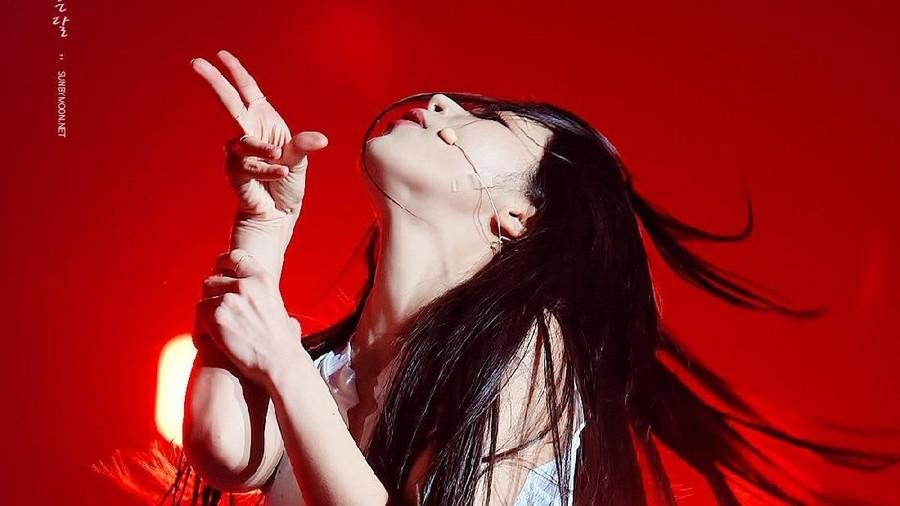 Bawakan Lagu BTS, Solar MAMAMOO Sobek Singlet Seksi di Panggung